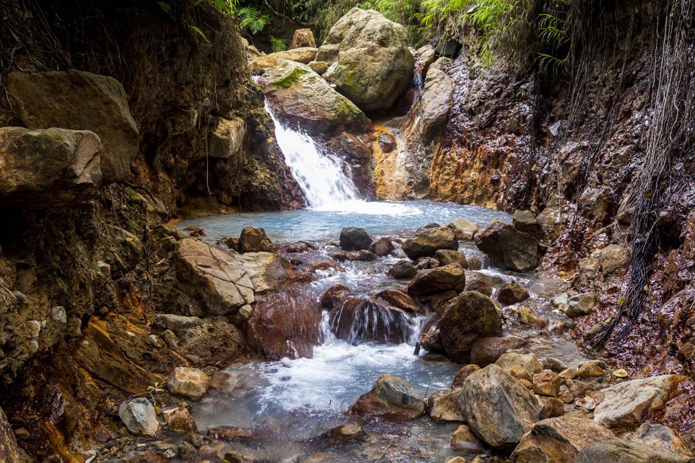 Cascade d'eau chaude au Parc National de Morne Trois Pitons de la Dominique