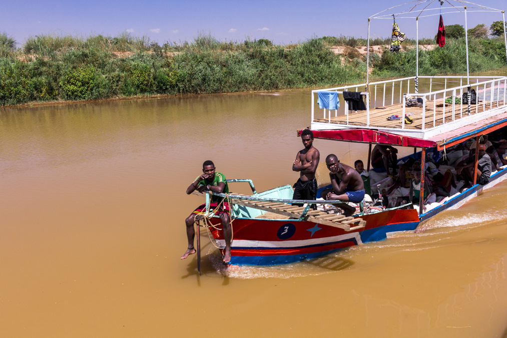 Chaland sur la Tsiribihina à Madagascar