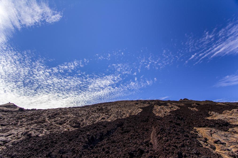 Coulée de lave sur le cratère Dolomieu à la Réunion