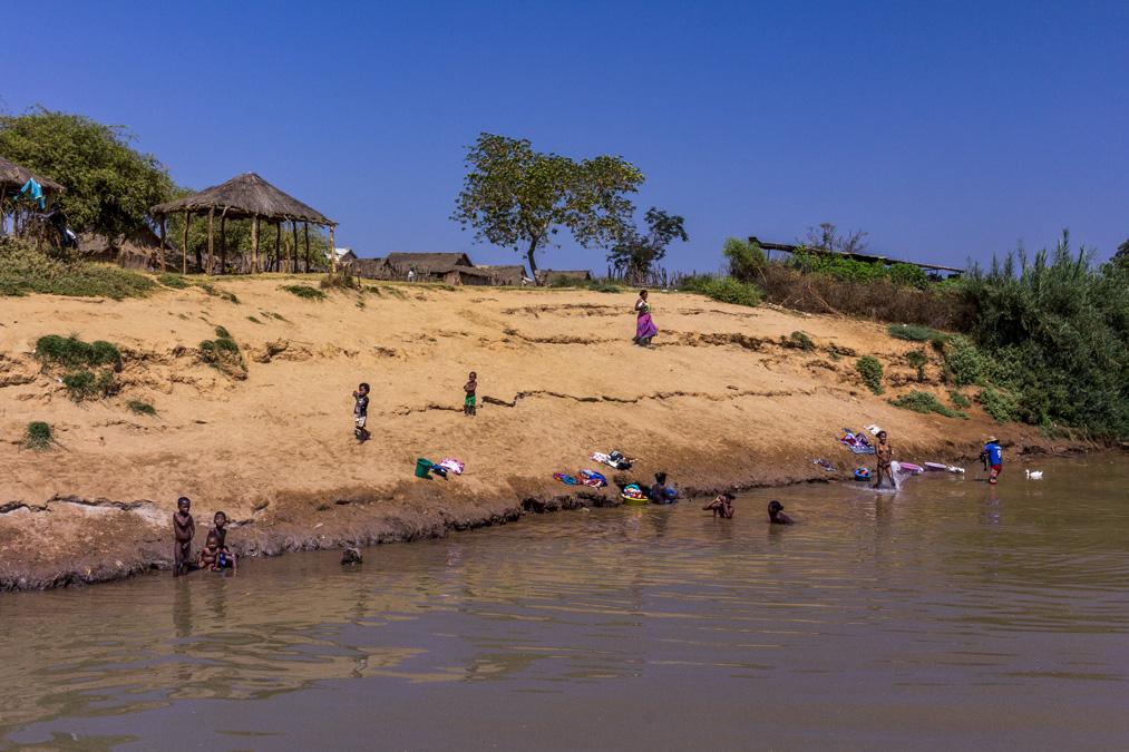 Lessive dans la Tsiribihina à Madagascar