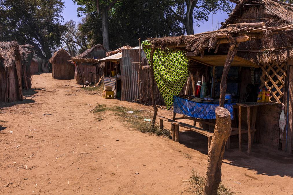 Village sur la Tsiribihina à Madagascar