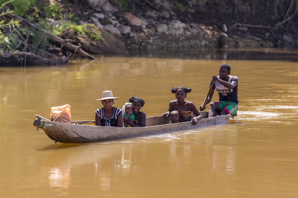 Pirogue sur la Tsiribihina à Madagascar