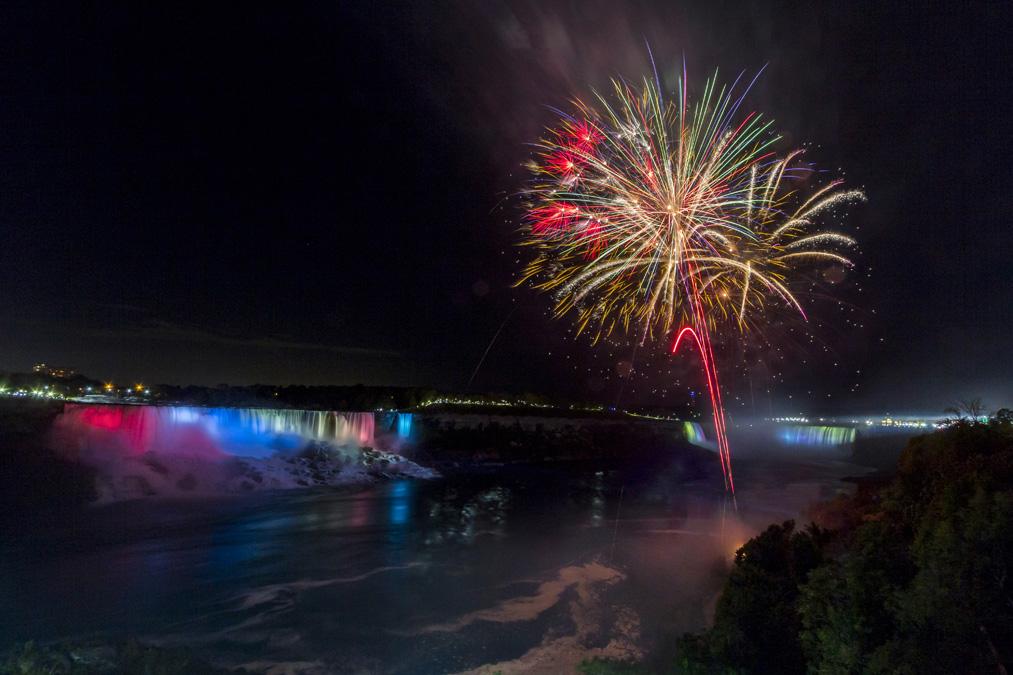 Feu d'artifice sur les Chutes du Niagara au Canada