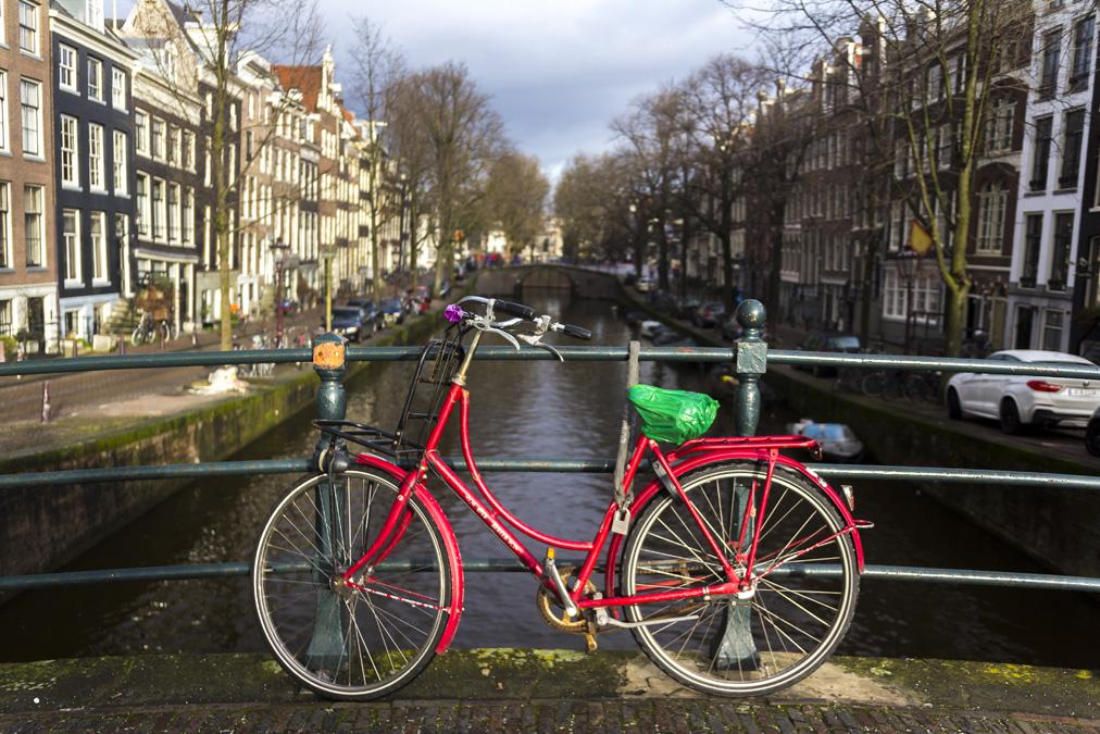 Vélo sur un pont à Amsterdam