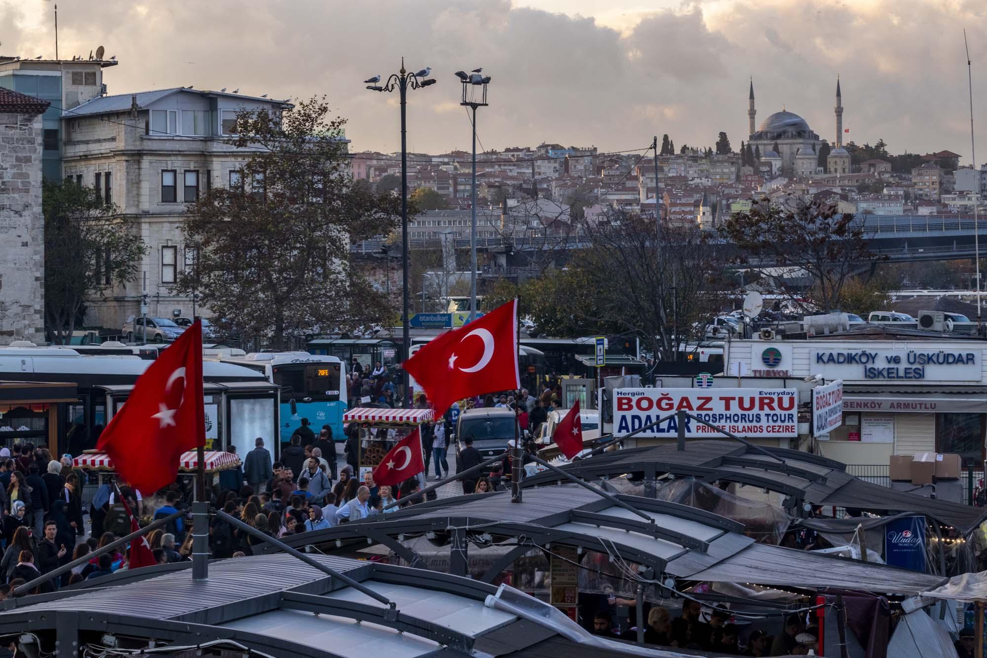 Eminönü Ferryboat Docks dans la ville d'İstanbul en Turquie