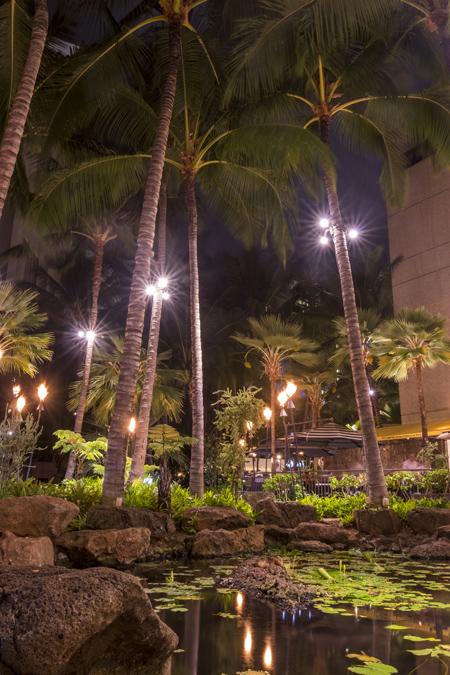 Kalakaua Avenue à Honolulu sur l'île Oahu de l'archipel d'Hawaï