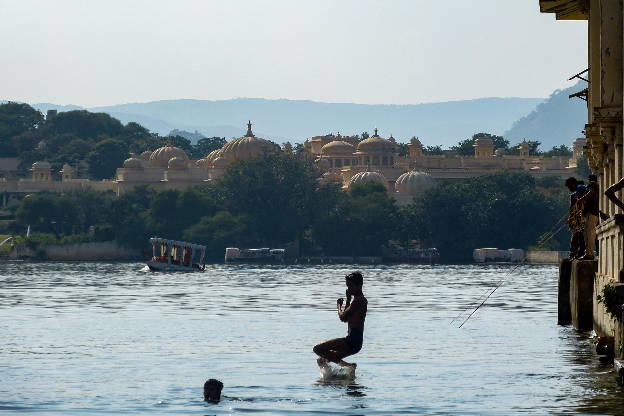 Lac Pichola dans la ville de Udaipur en Inde du Nord