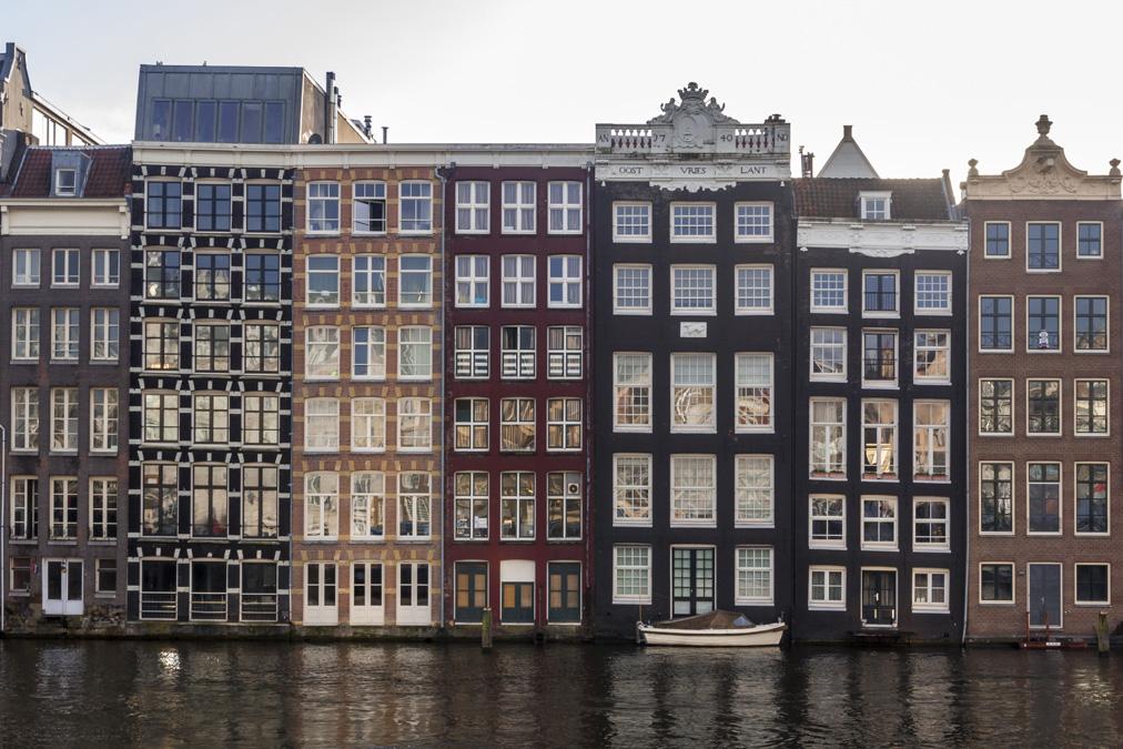 Maisons traditionnelles du canal Damrak à Amsterdam