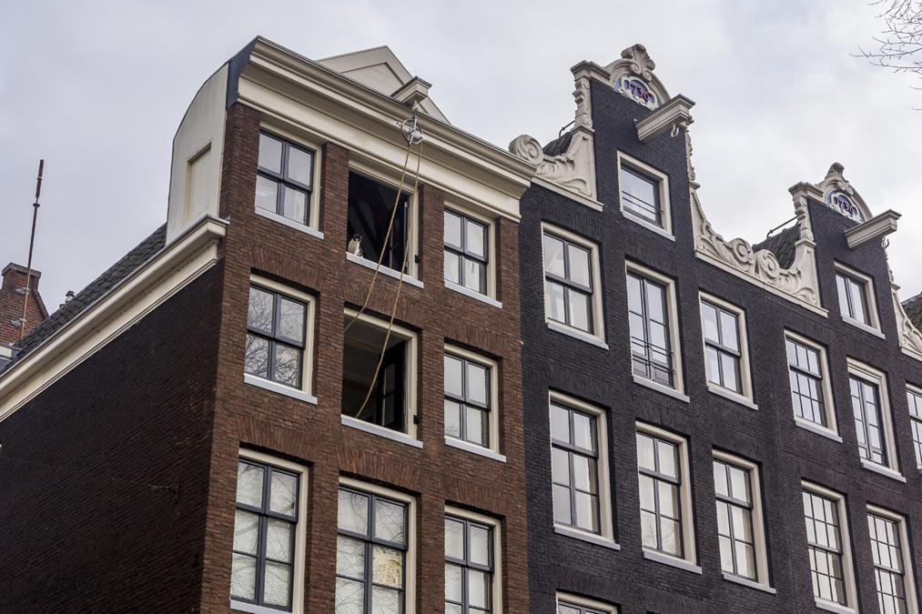 Maison traditionnelle avec une poulie sur la façade à Amsterdam