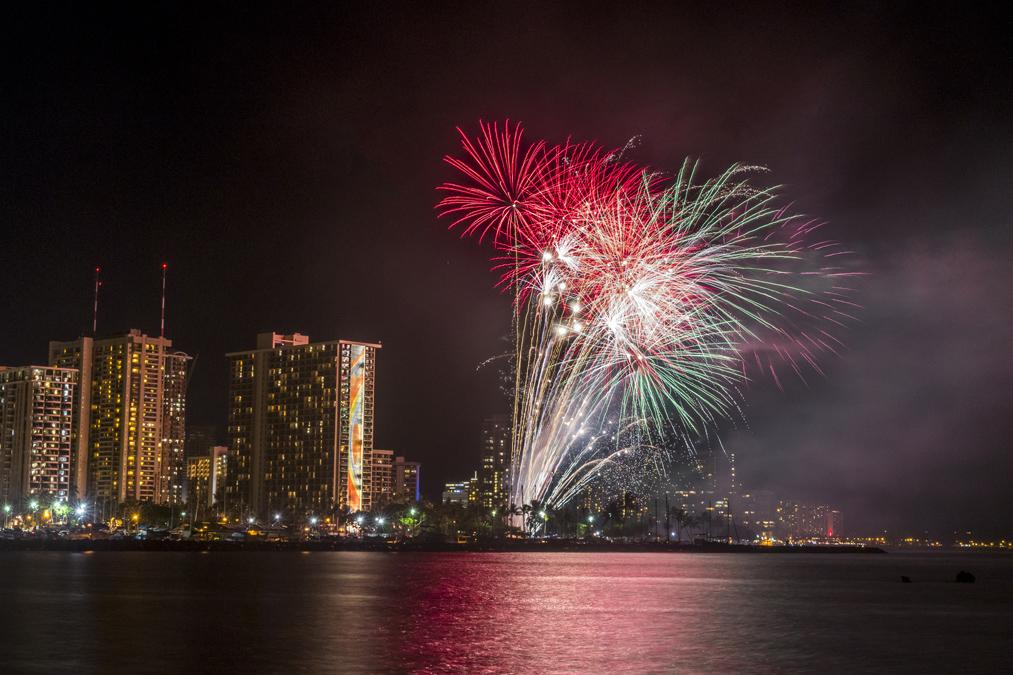 Feu d'artifice à Waikiki à Honolulu sur l'île Oahu de l'archipel d'Hawaï